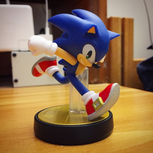 sonic fan gives the sonic amiibo a more classical look